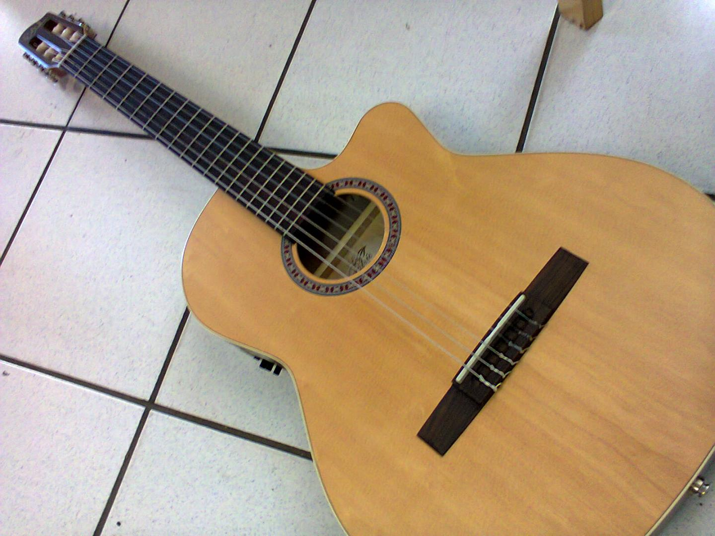 LA PATRIE Arena CW Q1T GUITARE ELECTRO CLASSIQUE PAN COUPE NATUREL SATINE LUTHIER CANADIEN. TABLE EPICEA MASSIF. DOS ECLISSES MERISIER. MANCHE ACAJOU. TOUCHE & CHEVALET PALISSANDRE. PREAMPLI GODIN Q1T