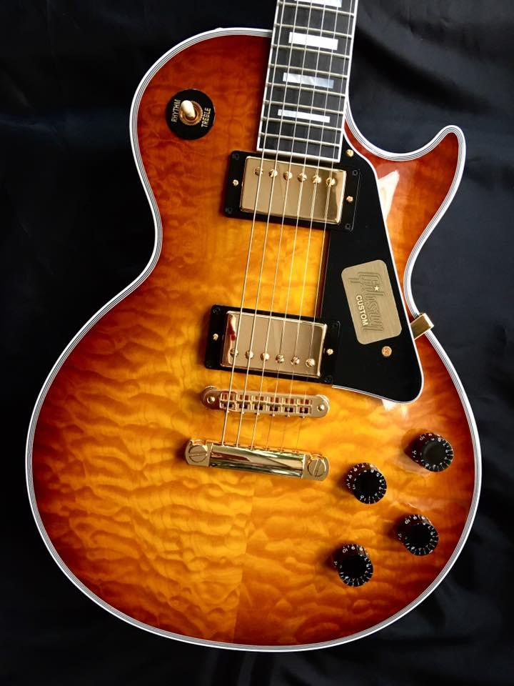 GIBSON LES PAUL CUSTOM SHOP QUILT LIMITED RUN ICED TEA LPCQLTDITGH1 GUITARE ÉLECTRIQUE **MADE IN NASHVILLE USA** ICED TEA. TABLE ÉRABLE ONDE SCULPTÉE. CORPS MASSIF 1 PIECE MANCHE ACAJOU. TOUCHE RICHLITE. MICROS 490R & 498T. 2 VOLUMES 2 TONALITÉS. SÉLECTEUR 3 POSITIONS. ACCASTILLAGE OR. **ÉTUI CUSTOM GIBSON**